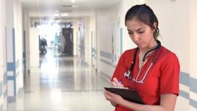 Kvinnlig doktor i korridor stock video