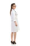 Kvinnlig doktor Looking Over Shoulder Arkivbilder