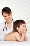 Kvinnlig doktor med barnet Royaltyfria Foton