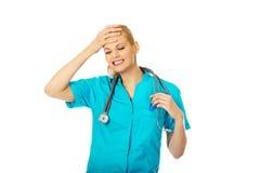 Kvinnlig doktor med den hållande termometern för stetoskop Royaltyfri Foto