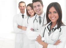 Kvinnlig doktor med gruppen av lyckliga lyckade kollegor royaltyfri bild