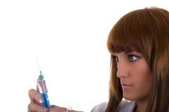 Kvinnlig doktor med injektionssprutan Arkivfoton