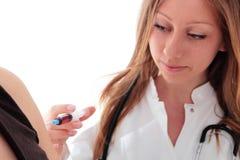 Kvinnlig doktor med injektionssprutan som gör en vaccinering Arkivfoton