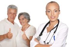 Kvinnlig doktor med patienter Arkivfoto