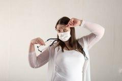 Kvinnlig doktor med stetoskopet i sjukhus Yrkesmässig praktiker för vård- klinik för medicin Medicinsk sjukvård Royaltyfri Foto