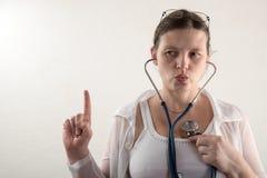 Kvinnlig doktor med stetoskopet i sjukhus Yrkesmässig praktiker för vård- klinik för medicin Medicinsk sjukvård Vit bakgrund Royaltyfri Bild