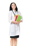 Kvinnlig doktor med stetoskopet och böcker Arkivfoto
