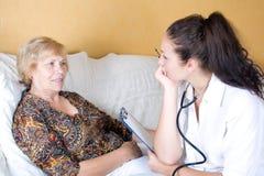 Kvinnlig doktor och patient Arkivbild
