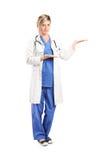 Kvinnlig doktor som gör en gest med händer Arkivbild