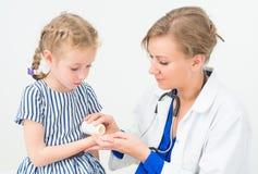 Kvinnlig doktor som ger vitaminer Arkivfoton