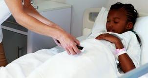 Kvinnlig doktor som mäter sockernivån av den sjuka flickan med glucometer stock video