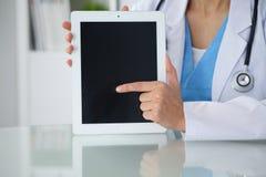 Kvinnlig doktor som pekar in i minnestavladatoren, närbild av händer Läkare som är klar att undersöka och hjälpa patienten Medici royaltyfria foton