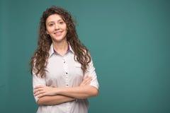 Kvinnlig doktor som smilling på grön bakgrund kopiera avst?nd Helthcare och medicinbegrepp royaltyfria foton
