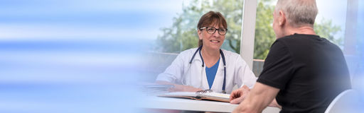 Kvinnlig doktor som talar med hennes patient royaltyfria foton