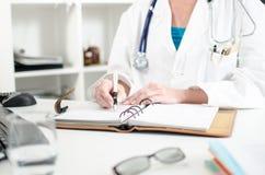 Kvinnlig doktor som tar en tidsbeställning royaltyfri bild