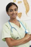 Kvinnlig doktor Standing With Arms korsade Royaltyfri Foto