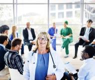 Kvinnlig doktor Standing framme av en stödgrupp arkivfoto