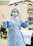 Kvinnlig doktor In Surgical Gown Arkivbilder