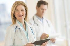 Kvinnlig doktor Using Digital Tablet på sjukhuset royaltyfri foto