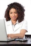 Kvinnlig doktor Using Laptop Fotografering för Bildbyråer