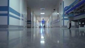 Kvinnlig doktor Walking i sjukhus lager videofilmer