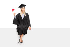 Kvinnlig doktorand som rymmer ett diplom Arkivfoto