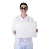 Kvinnlig doktorsassistentforskare i det vita laget över isolerad bakgrund Royaltyfri Bild
