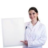 Kvinnlig doktorsassistentforskare i det vita laget över isolerad bakgrund Arkivfoton
