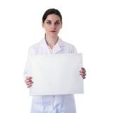 Kvinnlig doktorsassistentforskare i det vita laget över isolerad bakgrund Arkivfoto