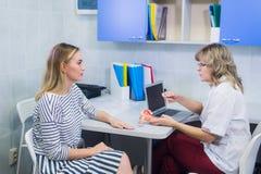 Kvinnlig doktorsgynekolog med patienten på hennes kontor Royaltyfria Foton