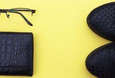 Kvinnlig dräkt för höst Ställ in av skor och tillbehör på en gul bakgrund fotografering för bildbyråer