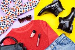 Kvinnlig dräkt för höst Uppsättning av kläder, kängor och tillbehör på färgrik bakgrund Arkivbilder