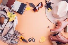 Kvinnlig dräkt för höst Uppsättning av kläder, skor och tillbehör royaltyfri fotografi