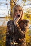 Kvinnlig Duck Hunter Calling Arkivbild