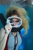 Kvinnlig dykare med handlingkameran royaltyfri bild