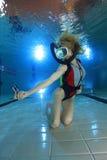 Kvinnlig dykare med handlingkameran arkivfoton