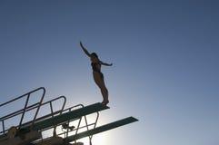 Kvinnlig dykare About To Dive Fotografering för Bildbyråer