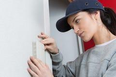 Kvinnlig elektriker på arbete royaltyfri foto