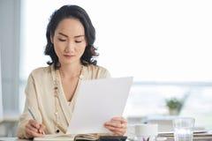 Kvinnlig entreprenör som är upptagen med arbete royaltyfria foton