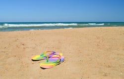 Kvinnlig färgskiffer på den sandiga stranden på havet med vågor Fotografering för Bildbyråer