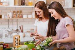 Kvinnlig för avkoppling för husmanskostfritidafton arkivfoto