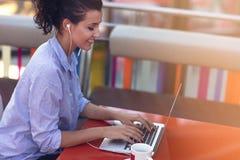 Kvinnlig för blandat lopp som utför affärsförhandlingar på video pratstund Telecommutingbegrepp royaltyfri bild