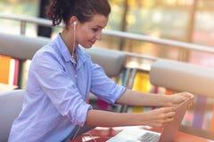 Kvinnlig för blandat lopp som utför affärsförhandlingar på video pratstund Telecommutingbegrepp royaltyfri foto