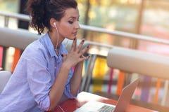 Kvinnlig för blandat lopp som utför affärsförhandlingar på video pratstund Telecommutingbegrepp arkivfoto