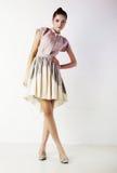 kvinnlig för brunettklänningmode som plattforer stilfull arkivbild