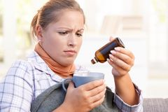 kvinnlig för dålig mening som tar vitaminbarn Arkivbild