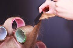 Kvinnlig för huvudhårrullar för blont hår salong för skönhet för frisör för rullar royaltyfri fotografi