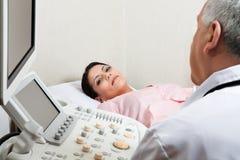 Kvinnlig för ultraljudkontroll upp på kliniken Fotografering för Bildbyråer