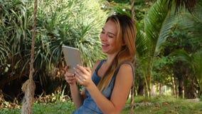 Kvinnlig för ultrarapidPR-chef med minnestavlan som håller ögonen på roliga video stock video