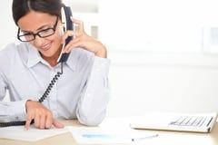 Kvinnlig företagsarbetare som talar på telefonen arkivbild